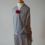 Kjole. Str. 4-5 år. Kode:401 Pris kr. 400,-. Redesign av can-can kjole i sølv-plissé. Finvask.