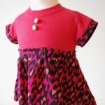 Kjole. Str. 6-18 mnd. Kode: 404. Pris: kr. 300,-. Redesign av t-skjorte + en silke-topp. Finvask.