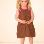 Kjole. Kode: 334. Str. 4-5 år. Pris kr. 300,-. Brun og sjokkrosa kjole, broderi i front. Pyntet med rosa blonder og knapper og en flodhest i skjørtekanten bak;-). Redesign av bomull herreskjorte fra 90-tallet. Finvask.